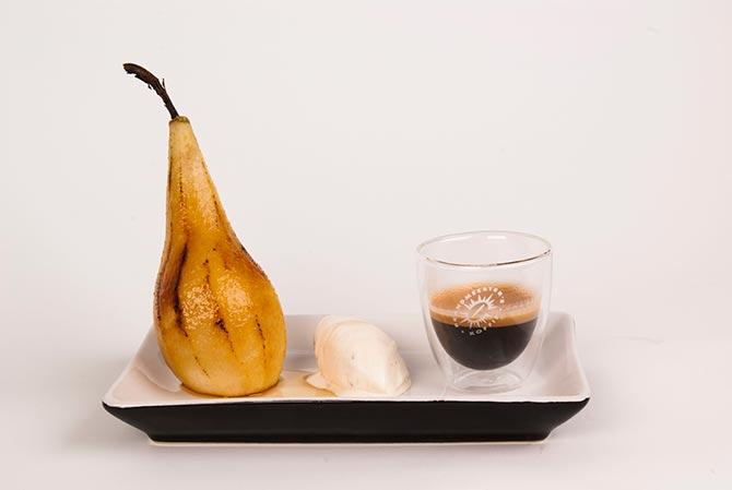 Gekarameliseerde-peer-met-ijs-en-espresso_web
